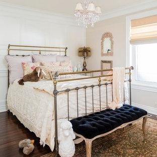 Foto de dormitorio infantil de 4 a 10 años, tradicional, con paredes blancas y suelo de madera oscura