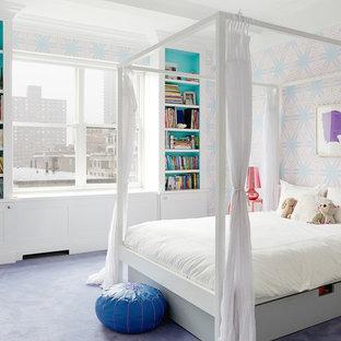 Cette photo montre une grand chambre d'enfant tendance avec un mur multicolore, moquette et un sol violet.
