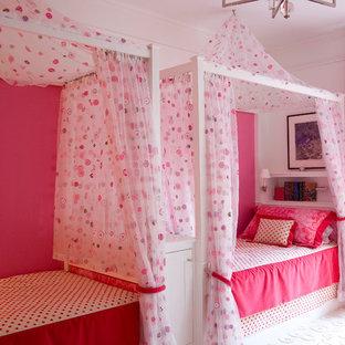 Cette photo montre une chambre d'enfant chic de taille moyenne avec un mur rose, moquette et un sol blanc.