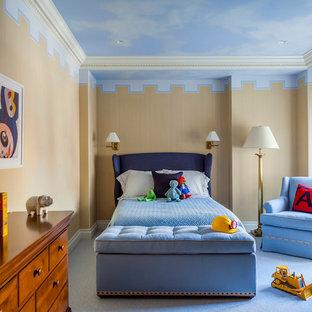 Inredning av ett klassiskt mellanstort pojkrum kombinerat med sovrum, med beige väggar, heltäckningsmatta och blått golv
