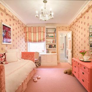 Aménagement d'une chambre d'enfant de 4 à 10 ans classique avec moquette et un sol rose.