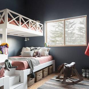 Foto de dormitorio infantil clásico renovado con paredes negras, suelo de madera oscura y suelo marrón