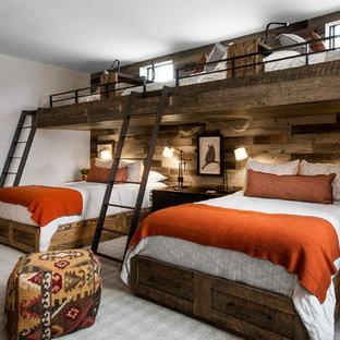 Immagine di una cameretta da letto stile rurale con pareti grigie, moquette e pavimento grigio
