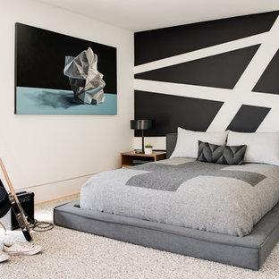 Ispirazione per una cameretta per bambini design con pareti nere, pavimento in legno massello medio e pavimento marrone