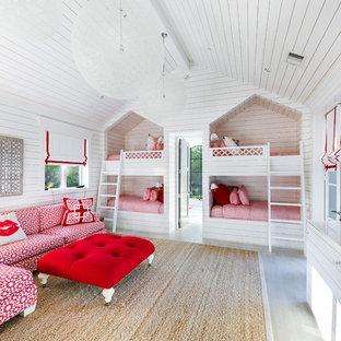 Idee per una cameretta da letto country con pareti bianche e pavimento grigio
