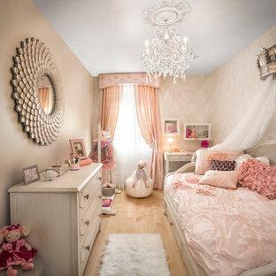 Ispirazione per una cameretta per bambini da 4 a 10 anni chic di medie dimensioni con pareti beige e parquet chiaro