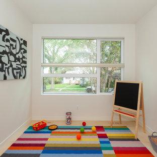 Пример оригинального дизайна: маленькая нейтральная детская с игровой в современном стиле с белыми стенами и полом из фанеры для ребенка от 1 до 3 лет