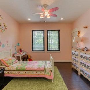 Ejemplo de dormitorio infantil de 4 a 10 años, de estilo americano, de tamaño medio, con paredes rosas, suelo de madera oscura y suelo marrón