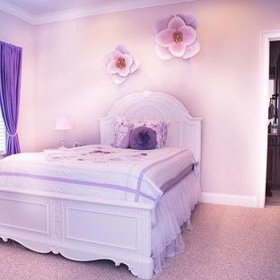 Ispirazione per una cameretta per bambini da 4 a 10 anni stile shabby di medie dimensioni con pareti beige, moquette e pavimento beige