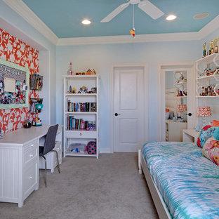Exempel på ett mellanstort klassiskt barnrum kombinerat med sovrum, med blå väggar och heltäckningsmatta