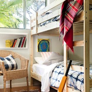 Bild på ett maritimt könsneutralt barnrum kombinerat med sovrum, med korkgolv