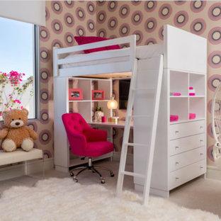 Inspiration för stora moderna barnrum kombinerat med sovrum, med flerfärgade väggar, heltäckningsmatta och beiget golv