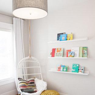 Idee per una piccola cameretta per bambini da 1 a 3 anni stile americano con pareti beige, pavimento in legno massello medio e pavimento marrone