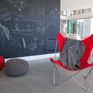 Неиссякаемый источник вдохновения для домашнего уюта: нейтральная детская с игровой среднего размера в современном стиле с черными стенами, бетонным полом и серым полом