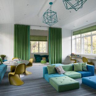 Cette image montre une grand chambre d'enfant de 4 à 10 ans traditionnelle avec un mur blanc, moquette, un sol multicolore, un plafond en lambris de bois, un plafond voûté et du lambris de bois.