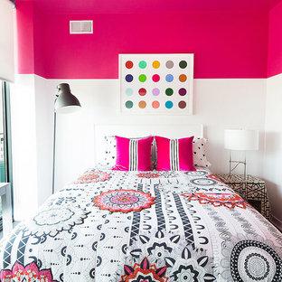 Idéer för att renovera ett mellanstort funkis barnrum kombinerat med sovrum, med rosa väggar, mörkt trägolv och svart golv