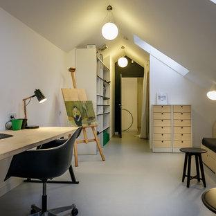 Cette image montre une grand chambre d'enfant nordique avec un bureau, un mur blanc et un sol en linoléum.