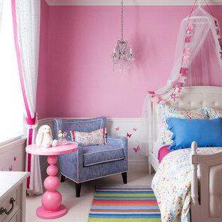 Esempio di una cameretta per bambini da 4 a 10 anni minimalista di medie dimensioni con pareti rosa, moquette e pavimento rosa