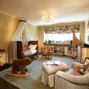 Foto di una cameretta per bambini da 1 a 3 anni tropicale di medie dimensioni con pareti beige e parquet scuro