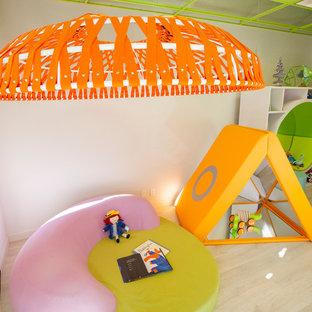 Ejemplo de dormitorio infantil de 4 a 10 años, minimalista, grande, con paredes blancas y suelo de madera clara