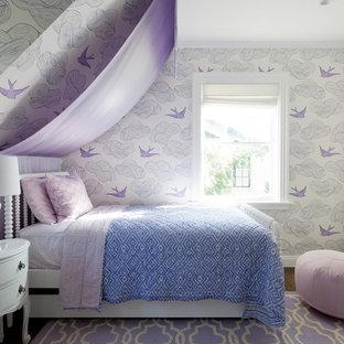 Immagine di un'ampia cameretta per bambini da 4 a 10 anni eclettica con pareti bianche, parquet scuro e pavimento marrone