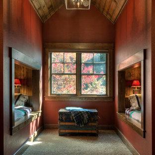 Idéer för ett rustikt könsneutralt barnrum kombinerat med sovrum, med röda väggar, heltäckningsmatta och grått golv