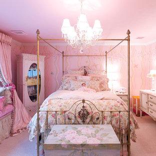 Cette photo montre une chambre d'enfant chic avec un mur rose.