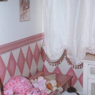 Exemple d'une chambre d'enfant chic avec un mur blanc.