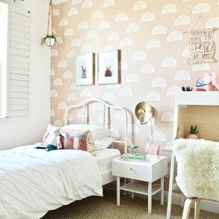 Ispirazione per una cameretta per bambini da 4 a 10 anni classica di medie dimensioni con pareti rosa, moquette e pavimento beige