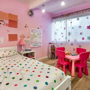 Idéer för att renovera ett mellanstort funkis flickrum kombinerat med sovrum och för 4-10-åringar, med rosa väggar