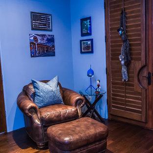 Esempio di una grande cameretta per bambini minimalista con pareti blu e parquet scuro