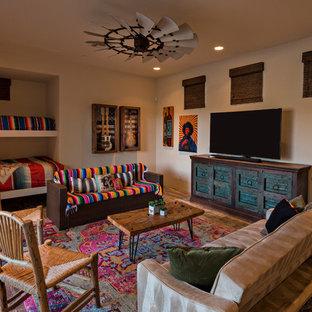 Exempel på ett stort amerikanskt könsneutralt tonårsrum, med brunt golv, beige väggar och mörkt trägolv