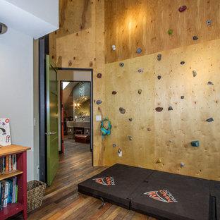 Bild på ett mellanstort industriellt pojkrum kombinerat med lekrum och för 4-10-åringar, med bruna väggar och mellanmörkt trägolv