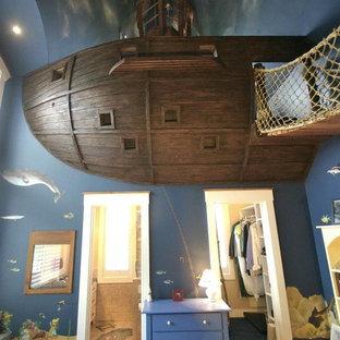 Idéer för att renovera ett eklektiskt könsneutralt barnrum kombinerat med sovrum och för 4-10-åringar, med blå väggar och heltäckningsmatta