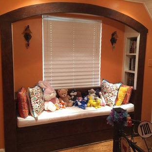Diseño de dormitorio infantil de estilo americano, de tamaño medio, con parades naranjas y suelo de madera clara