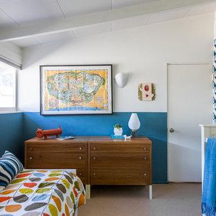 Inspiration för ett mellanstort 60 tals barnrum kombinerat med sovrum, med heltäckningsmatta och flerfärgade väggar