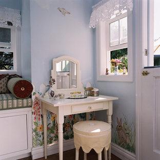 Exemple d'une chambre d'enfant de 4 à 10 ans chic de taille moyenne avec un mur bleu et un sol en liège.