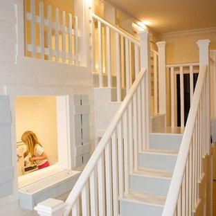 Imagen de dormitorio infantil moderno, de tamaño medio, con paredes blancas y moqueta