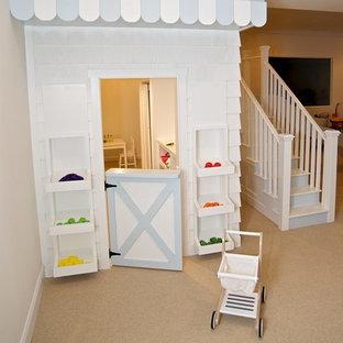 Modelo de dormitorio infantil minimalista, grande, con paredes blancas y moqueta