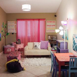Inredning av ett modernt mellanstort könsneutralt barnrum kombinerat med lekrum och för 4-10-åringar, med beige väggar och klinkergolv i keramik