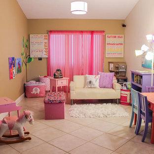 Cette image montre une chambre d'enfant de 4 à 10 ans bohème de taille moyenne avec un mur beige, un sol en carrelage de céramique et un sol beige.