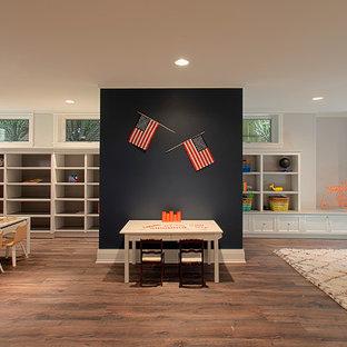 Immagine di un'ampia cameretta per bambini da 1 a 3 anni classica con pareti bianche, pavimento in legno massello medio e pavimento marrone