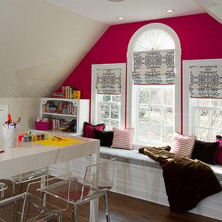 Foto di un'ampia cameretta per bambini da 4 a 10 anni classica con pareti rosa e pavimento in legno massello medio