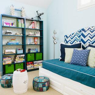 Modernes Kinderzimmer mit blauer Wandfarbe, Spielecke und Teppichboden in San Francisco