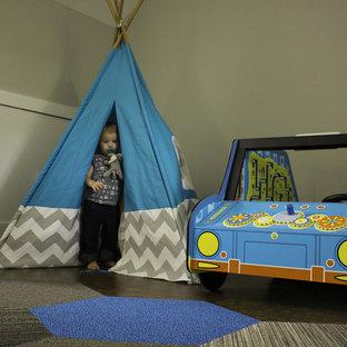 Inspiration pour une très grande chambre d'enfant de 1 à 3 ans minimaliste avec un mur gris et un sol en liège.