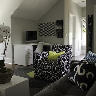 Cette photo montre une très grande chambre d'enfant de 1 à 3 ans moderne avec un mur gris et un sol en liège.