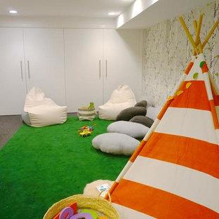 Modelo de dormitorio infantil de 1 a 3 años, minimalista, de tamaño medio, con paredes blancas y moqueta