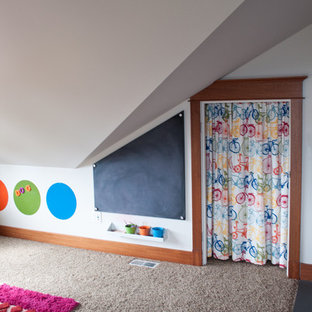 Inspiration för ett stort amerikanskt könsneutralt barnrum kombinerat med lekrum och för 4-10-åringar, med vita väggar, heltäckningsmatta och beiget golv