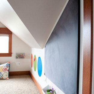 Esempio di una grande cameretta per bambini da 4 a 10 anni stile americano con pareti bianche, moquette e pavimento beige