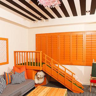 Foto di una cameretta per bambini design con pareti beige, moquette e pavimento multicolore